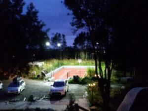 innsendt kundebilde av tennisbanen på kveldstid. Bildet viser hvordan tennisbanen er lyst opp med idrettsbelysningen