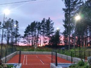 bilde av en tennisbane med idrettsbelysning